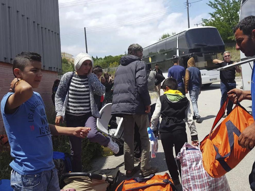 Varios refugiados a su llegada al centro de la ciudad Oreokastro, tras el desalojo del campamento de refugiados de Idomeni.
