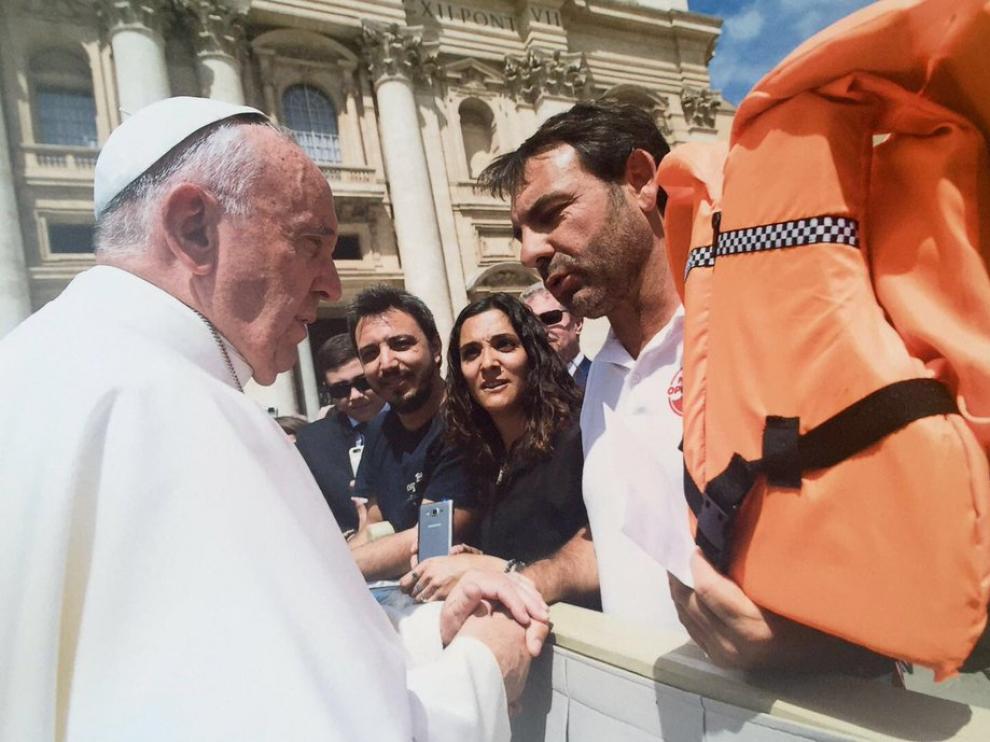 El director de la ONG Proactiva Open Arms, Óscar Camps, entrega el chaleco al Papa.