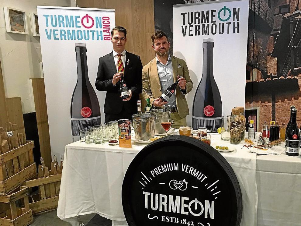 El barman Jonathan Pallaruelo y Martín Jaime, mánager de Bodegas Jaime, que elabora Turmeon.