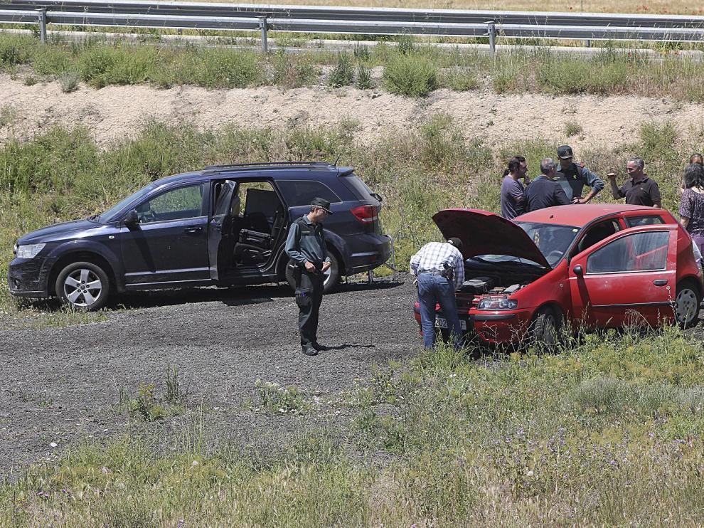 El coche utilizado en el atraco, un Fiat Punto rojo, que fue robado antes  en Zaragoza tras secuestrar y abandonar maniatada a la conductora, fue localizado ayer junto a la rotonda de la  A-2214 que enlaza con la N-II (Zaragoza-Barcelona).