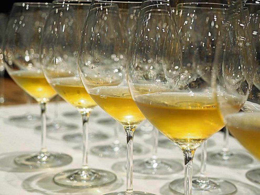 Las copas con el Enate Uno 2006, de color bastante ambarino.