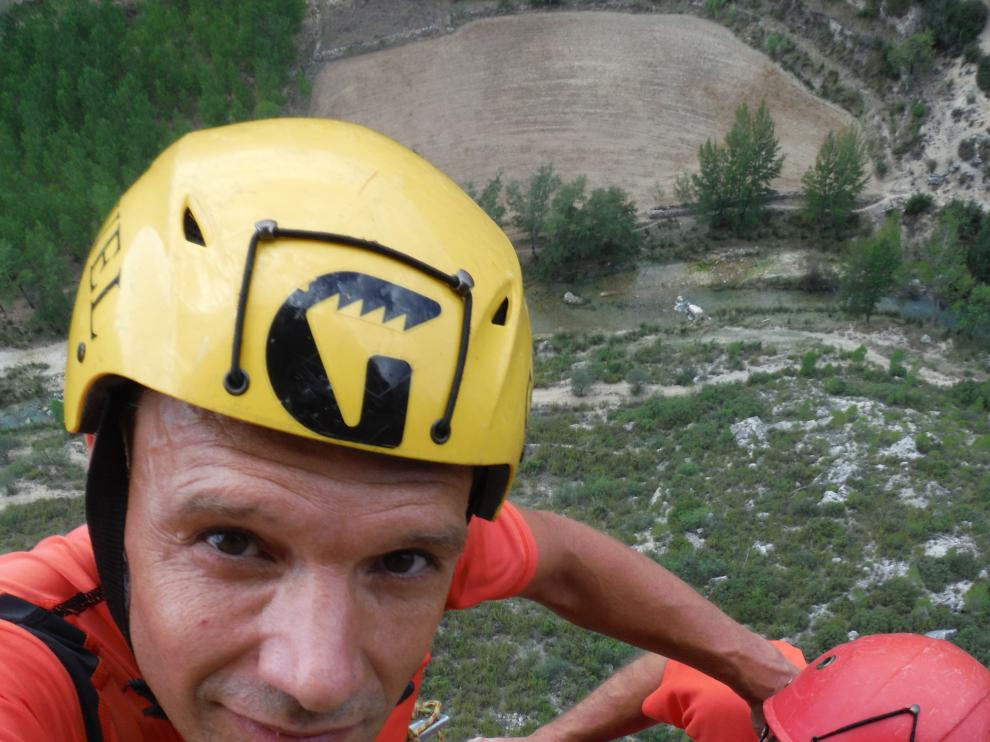 Javier Magallón y Luis Torrijo sobre la cima de La Crebada en la aldea turolense de La Algecira.