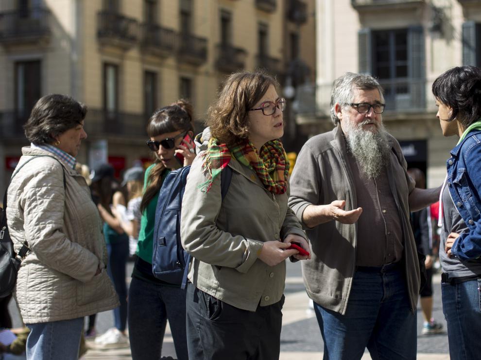 Los diputados de la CUP, Anna Gabriel (d), Joan Garriga (2d) Eulàlia Reguant (c), Gabriela Serra (i) y Maria Rovira (2i) en la Plaza Sant Jaume de Barcelona