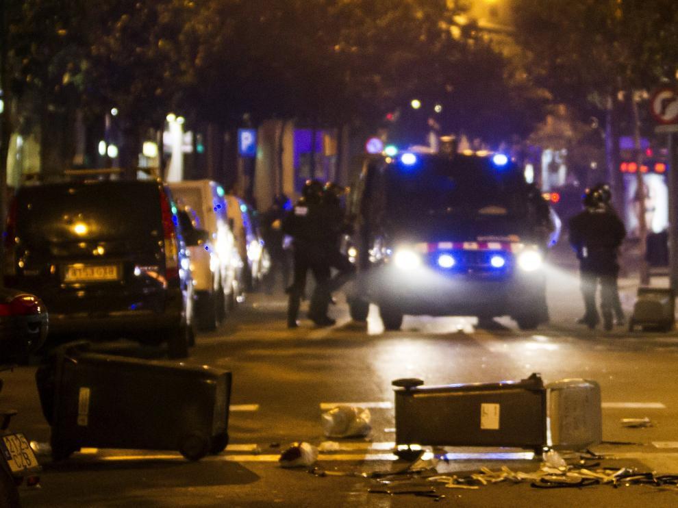 """Varios contenedores tirados en el barrio de Graciá en Barcelona en el tercer día de protestas por el desalojo del """"banco expropiado""""."""