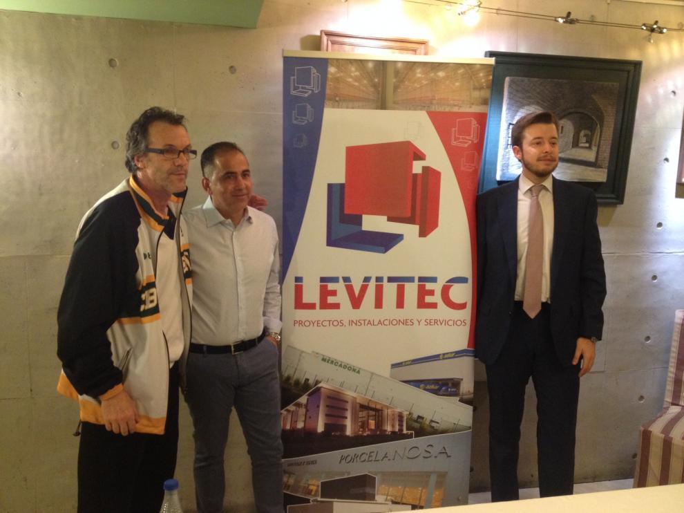 De izquierda a derecha el técnico Quim Costa junto a Pablo Lera, gerente de Levitec (empresa patrocinadora del partido), y Antonio Orús, presidente del Peñas.