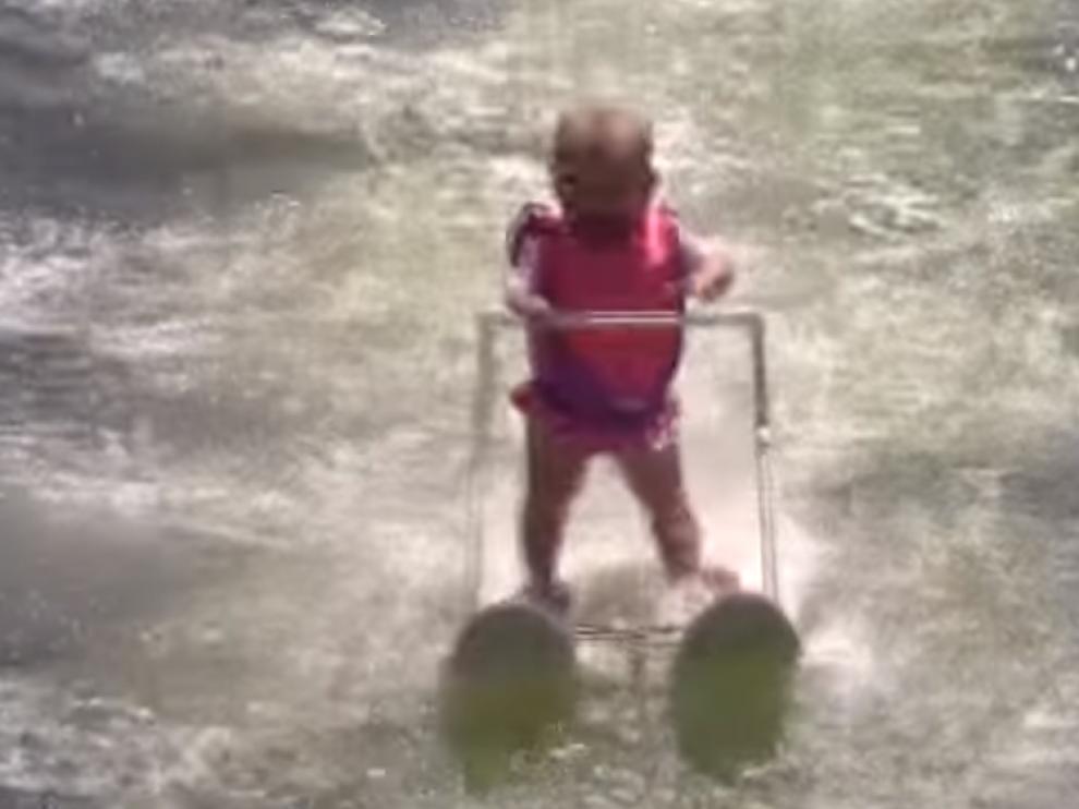 Un bebé de 6 meses bate en Estados Unidos el récord de esquí acuático.