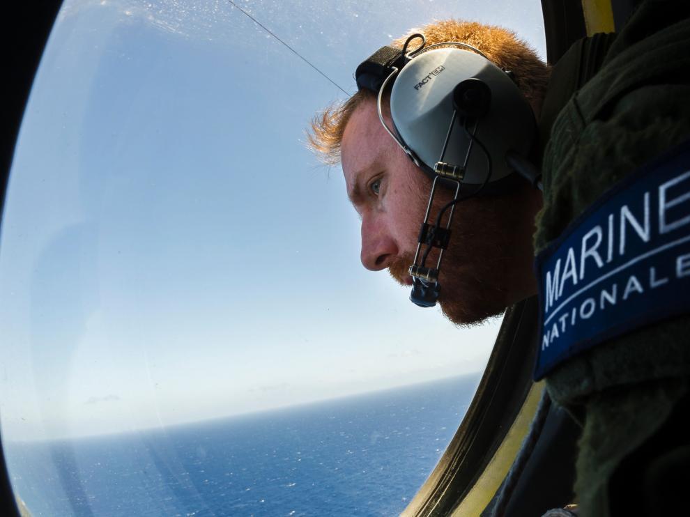 Efectivos de la Marina buscan restos del avión