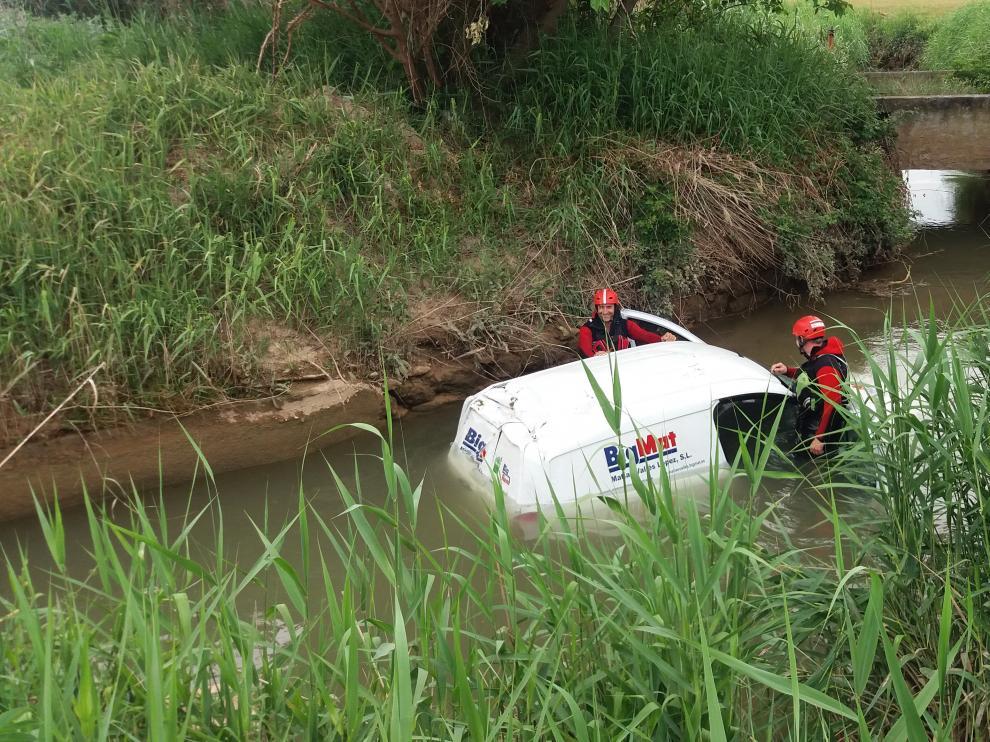 Los bomberos de la DPZ durante el rescate del hombre que ha caído a una acequia en Urrea de Jalón.