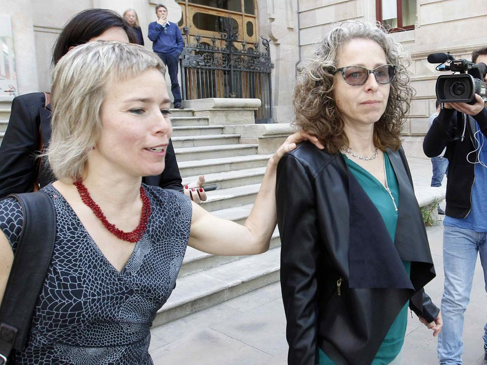 Ester Quintana (dcha.) junto a su abogada, Laia Serra, a su salida de la Audiencia de Barcelona.