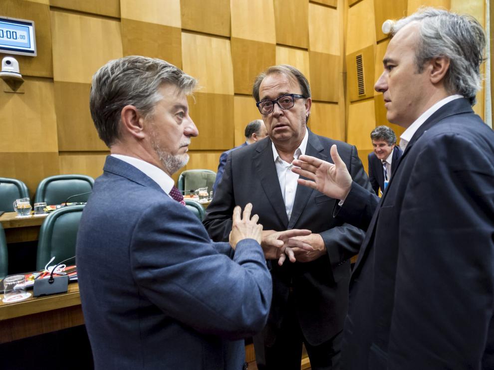 Pedro Santisteve, Carlos Pérez Anadón y Jorge Azcón, durante un pleno celebrado en mayo de 2016 en el Ayuntamiento de Zaragoza.