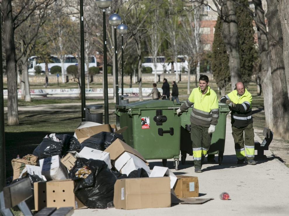 Dos operarios de la concesionaria trabajan en el parque del Tío Jorge tras la celebración de la Cincomarzada.