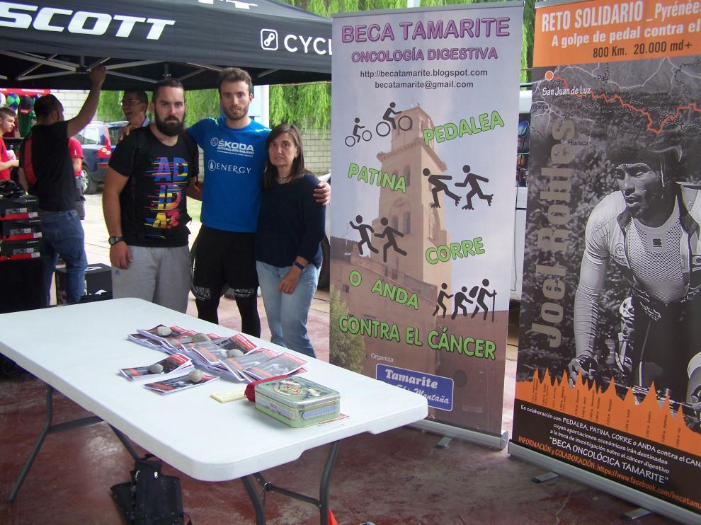 Jorge Torres, director de la carrera, Joel Robles y Mercè Miranda, promotora de la beca oncológica Tamarite.