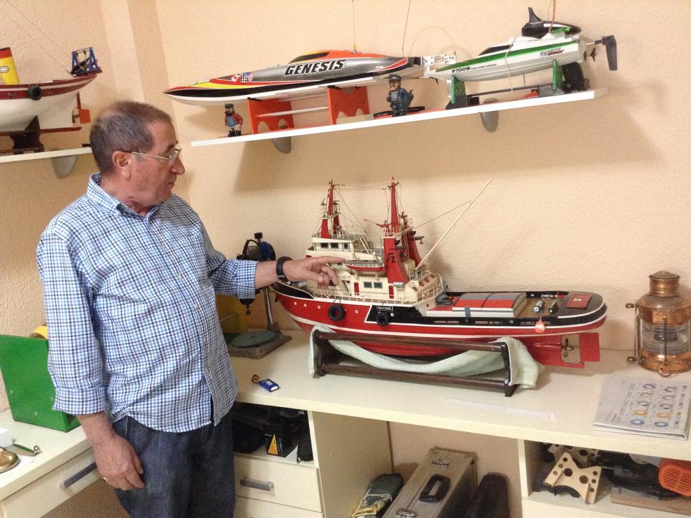 Fernando Romero, posa delante de algunas de las réplicas de embarcaciones que ha montado en su casa.