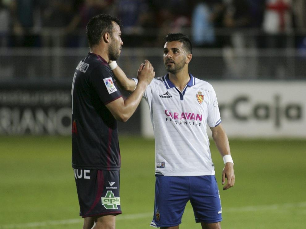 Ángel, suplente en Huesca, se despide de Carlos David al término del partido en El Alcoraz.