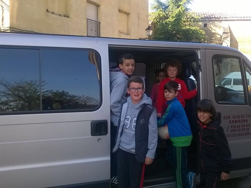 Los niños que viven en Orés se desplazan a diario en una furgoneta al colegio de Ejea.