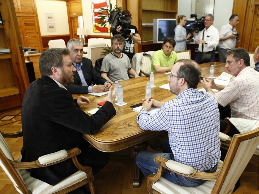 Un momento de la reunión de Soro con empleados de Renfe y Adif en la sede de la DGA.