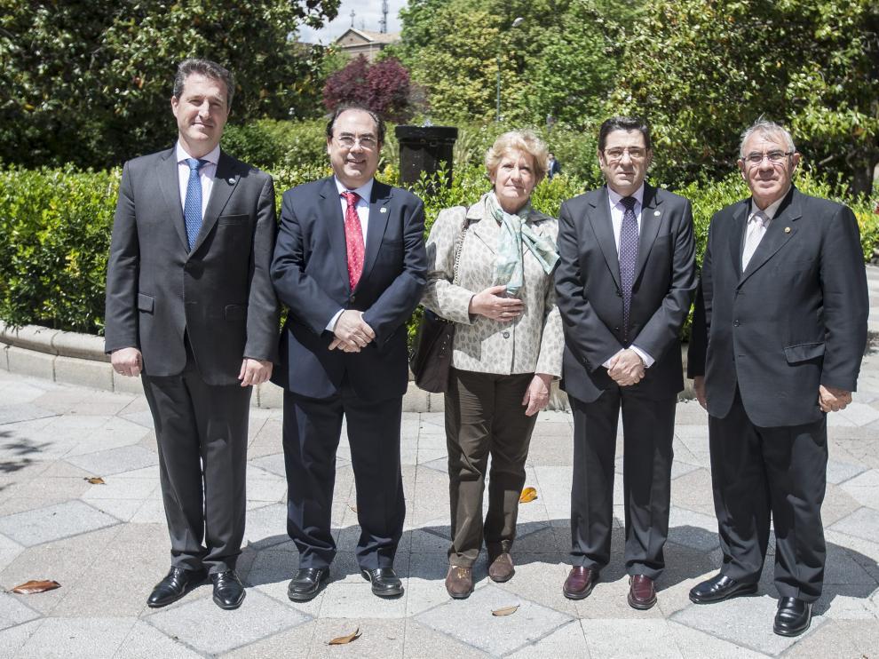 La unión hace la fuerza. Ramón Jordán (presidente de Farmacéuticos de Zaragoza), Luis Rasal (odontólogos); Concha Ferrer (médicos), Jesús García (veterinarios) y Juan José Porcar (enfermería).
