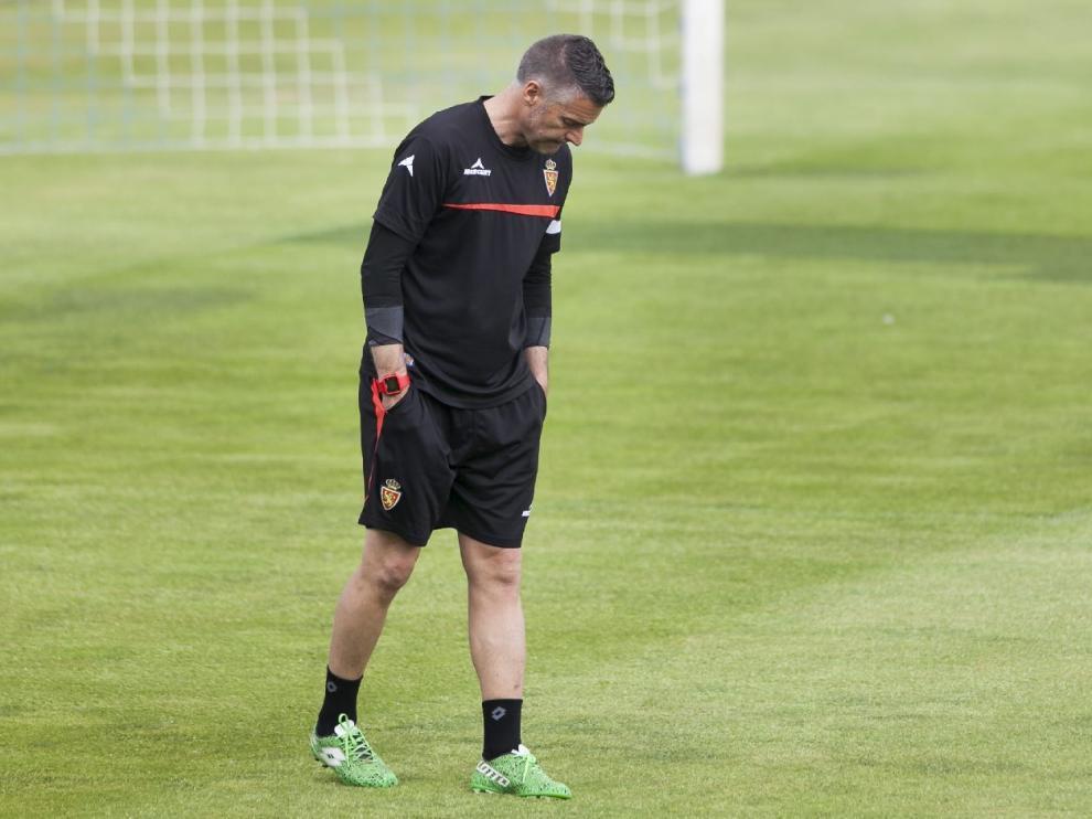 Lluís Carreras observa en solitario el estado del césped de La Romareda en el último entrenamiento del equipo antes de recibir al Oviedo.