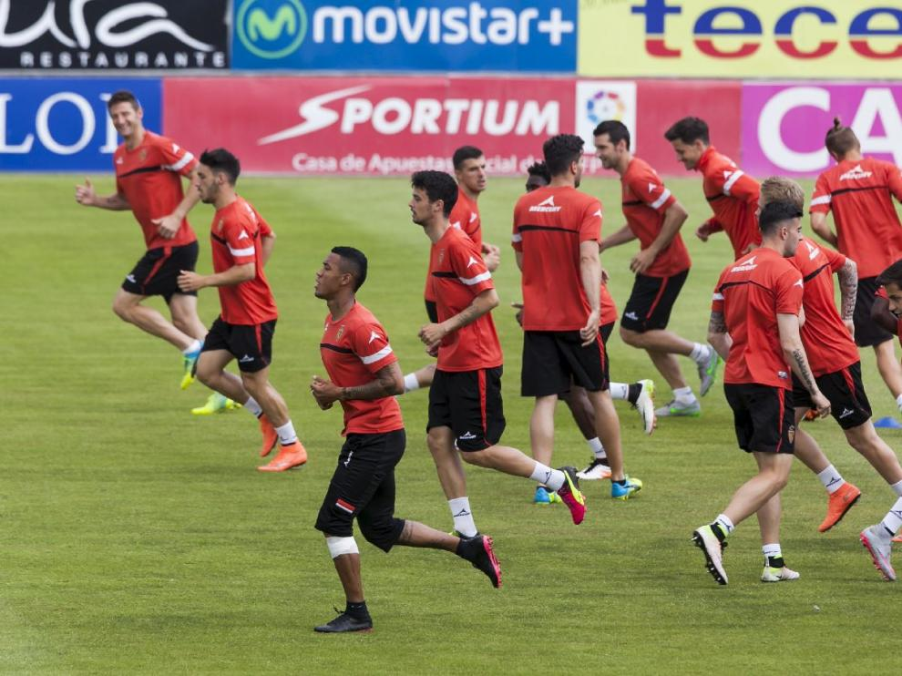 Los jugadores del Real Zaragoza, al inicio del último entrenamiento previo al crucial choque ante el Oviedo, en la tarde de este sábado en La Romareda.