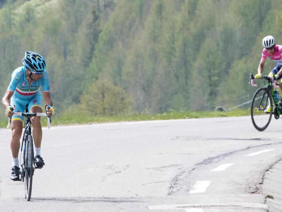 Nibali, en primera posición, seguido por Chaves y Valverde