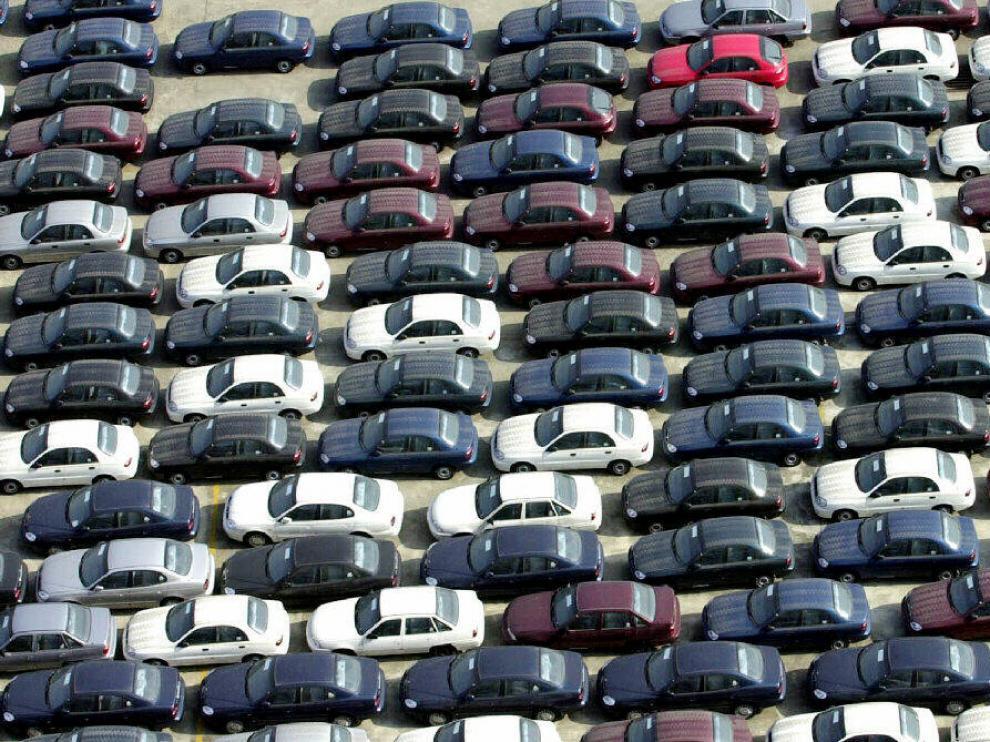 Coches aparcados en la explanada de una factoría de Daewoo.