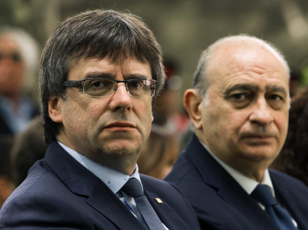 Carles Puigdemont y Jorge Fernández Díaz, en el acto de homenaje