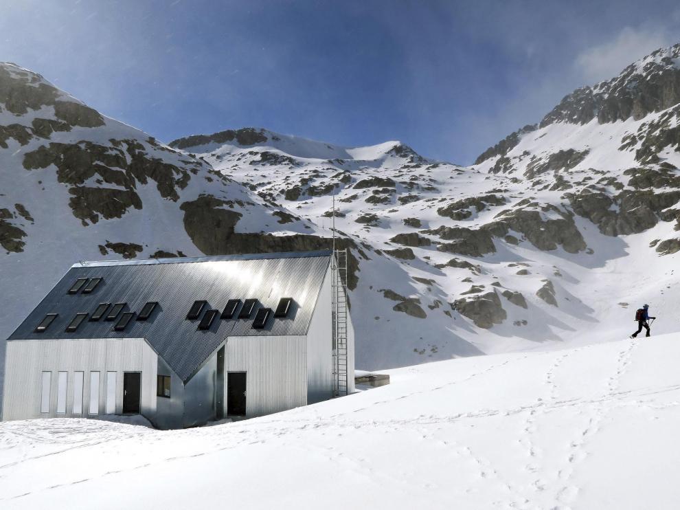 Imagen reciente del refugio, donde todavía hay nieve en abundancia