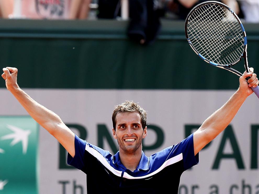 El tenista Albert Ramos celebra su pase a cuartos de final en Roland Garros.