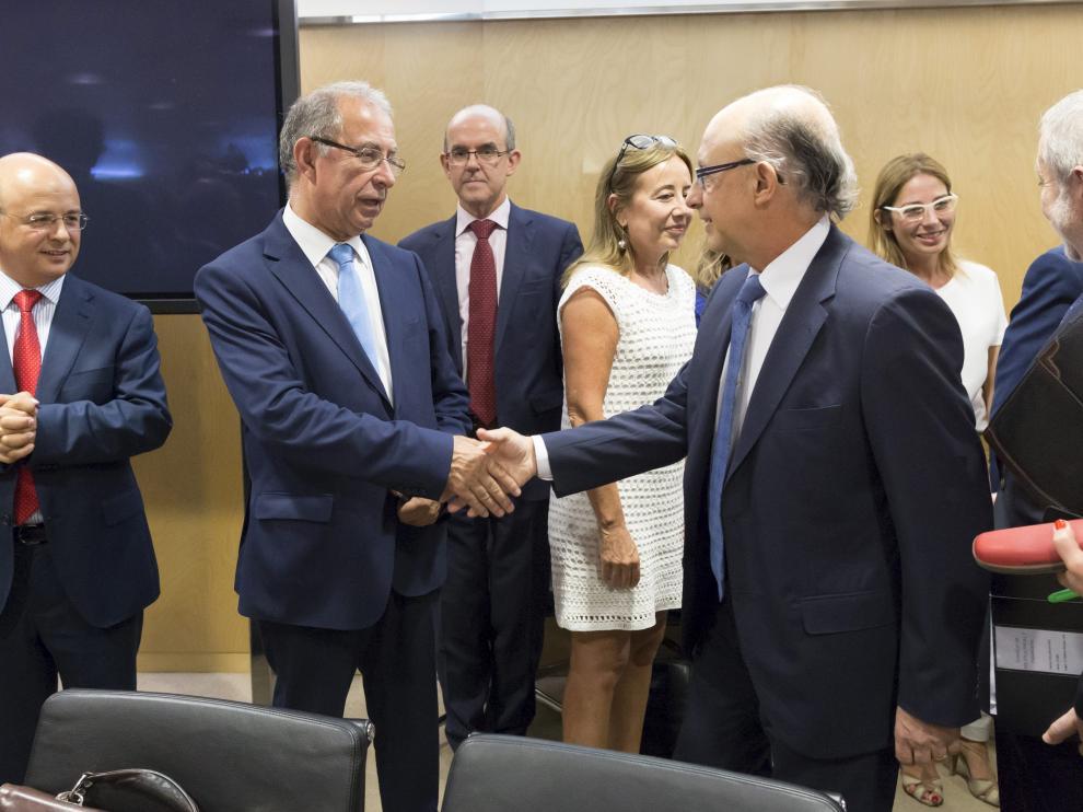 El consejero de Hacienda, Fernando Gimeno, y el ministro Cristóbal Montoro, en julio de 2015.
