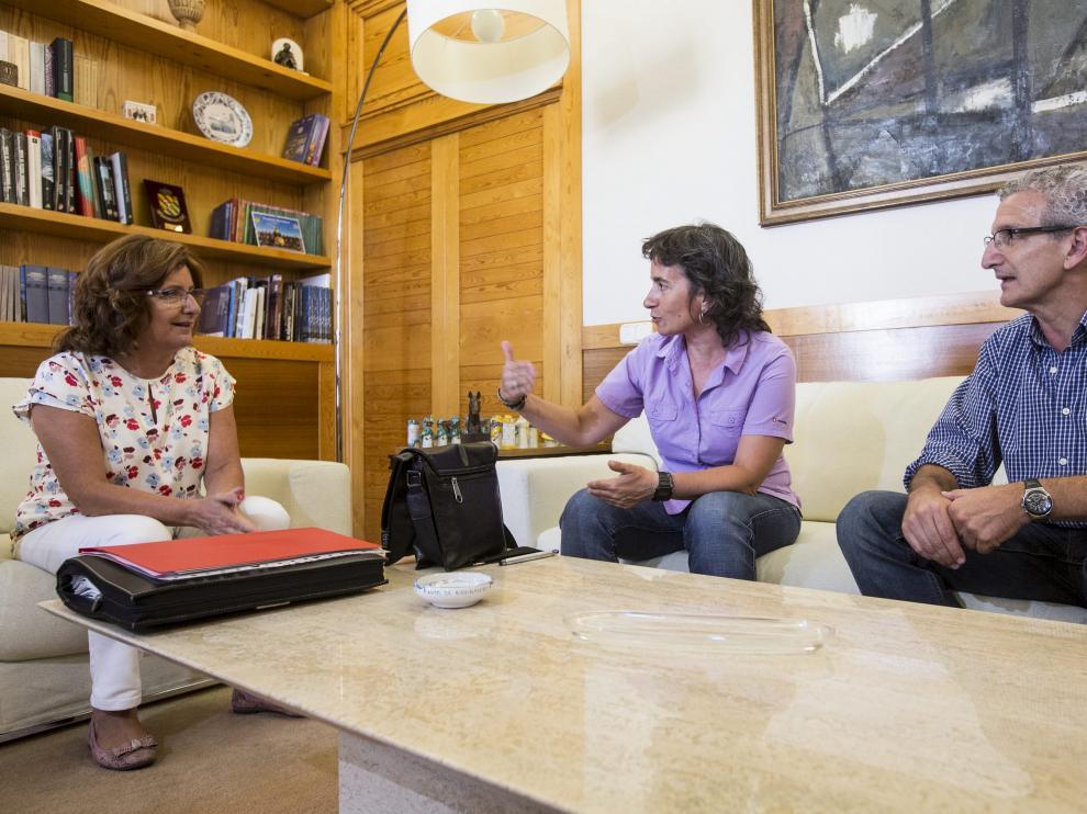 La consejera de Derechos Sociales, María Victoria Broto, y la vicealcaldesa de Zaragoza, Luisa Broto, en una foto de archivo.