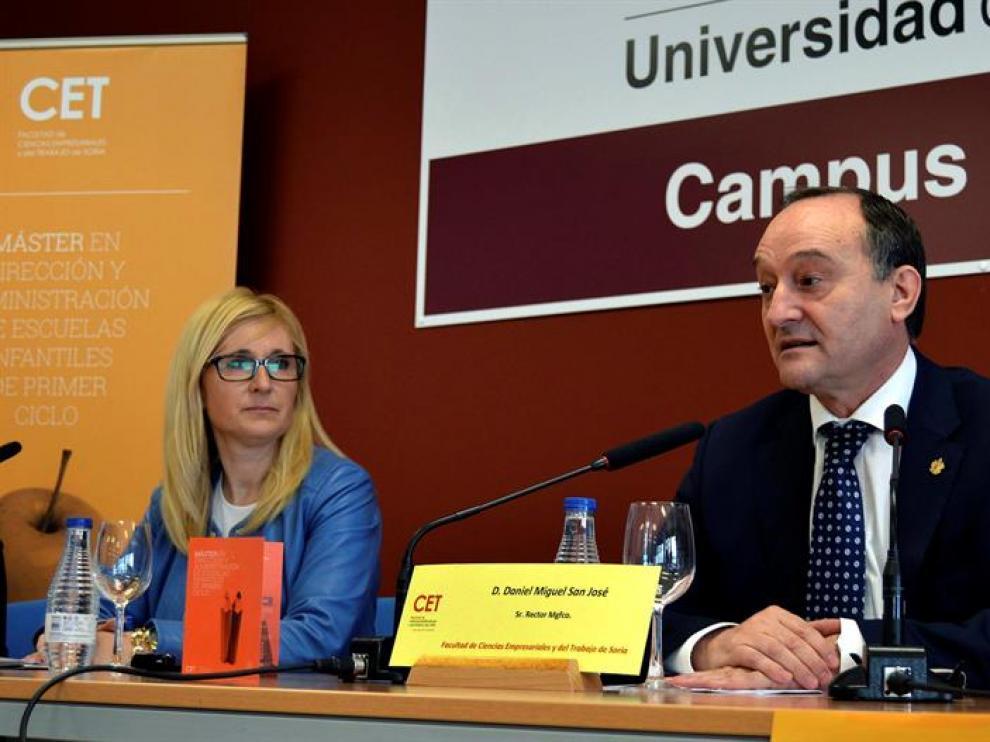 El rector de la Universidad de Valladolid, Daniel Miguel San José (d), durante la presentación del Master en Direccion y Administraccion de Empresas de Escuelas Infantiles.
