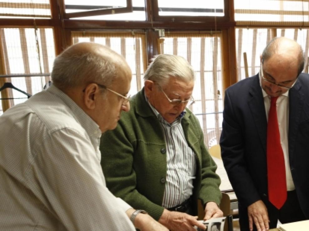 Javier Lambán, acompañado de la consejera de Ciudadanía y Derechos Sociales, Mariví Broto, visitan el hogar de mayores Las Fuentes.