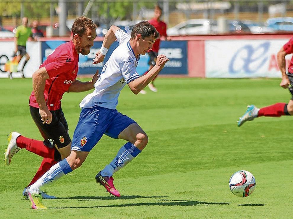 Buenacasa avanza con la pelota ante un rival.