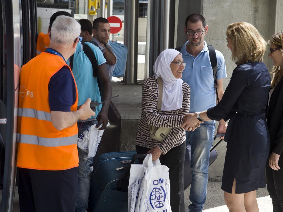 Un grupo de 45 solicitantes de asilo procedentes de Grecia, trece de los cuales serán acogidos en Madrid, a su llegada hoy al aeropuerto de Madrid-Barajas