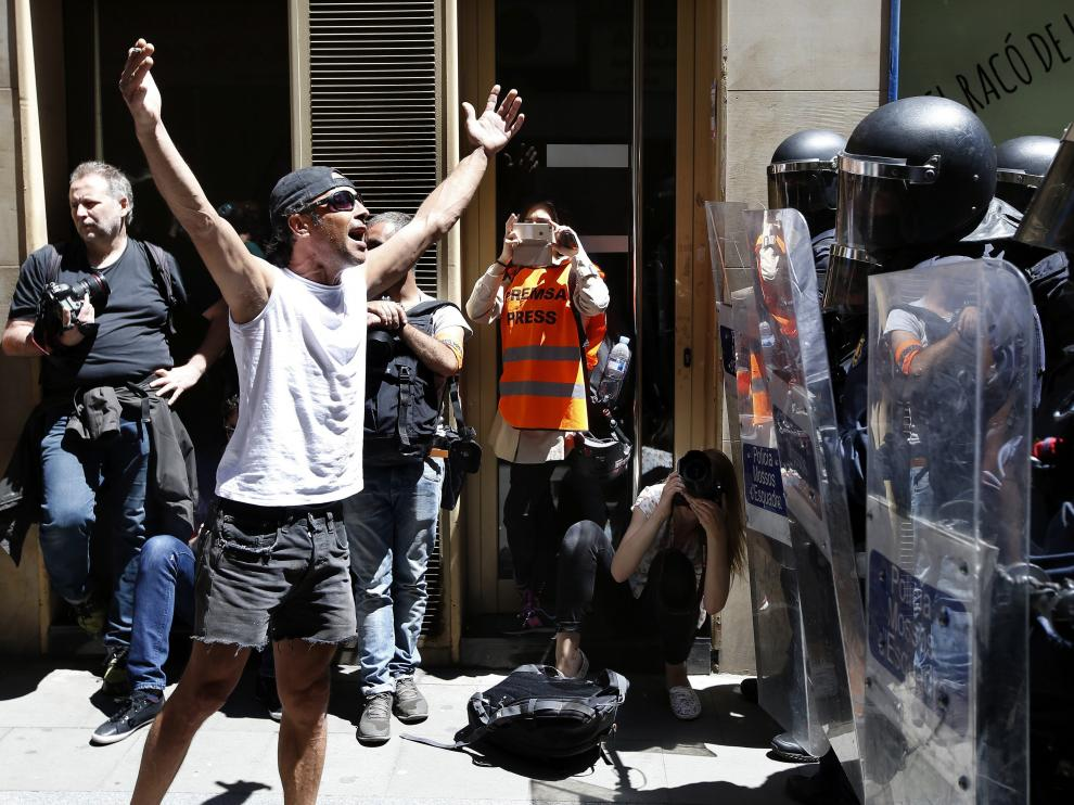 Un manifestante increpa a los antidisturbios de los Mossos d'Esquadra,