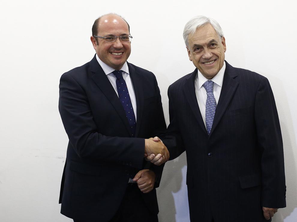 El expresidente de Chile, Sebastian Piñera (d), saluda al presidente de Murcia, Pedro Antonio Sánchez