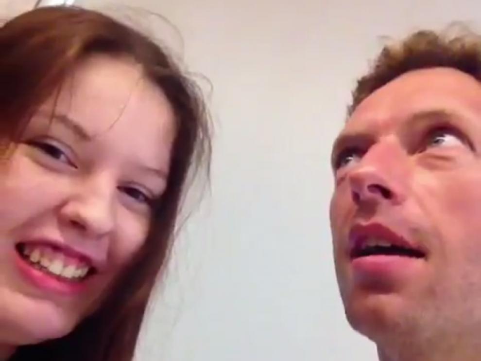 Captura del vídeo compartido por Carlota en Twitter junto al cantante de Coldplay, Chris Martin.
