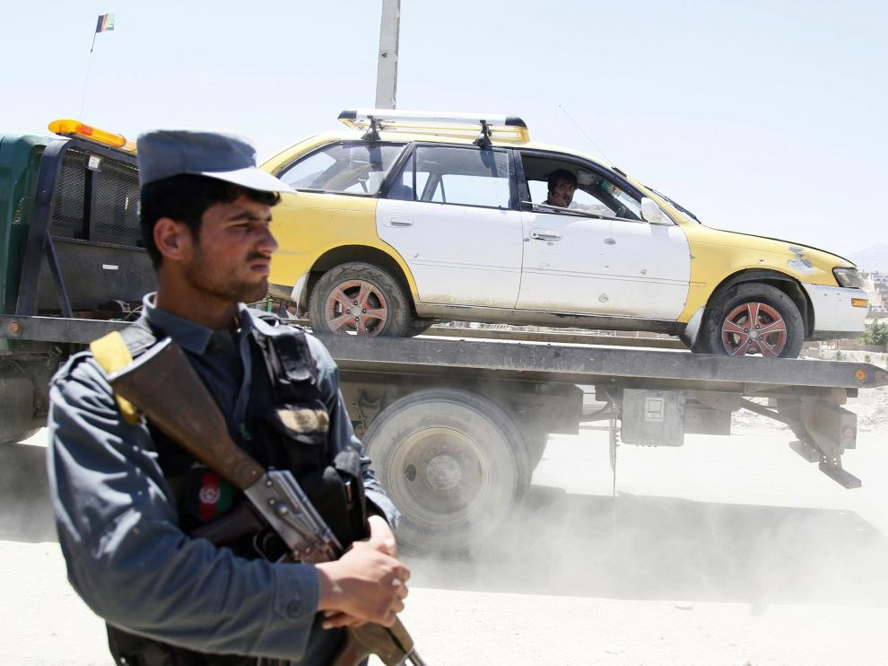 Imagen de archivo en la que agentes afganos inspeccionan el lugar donde se produjo un ataque suicida