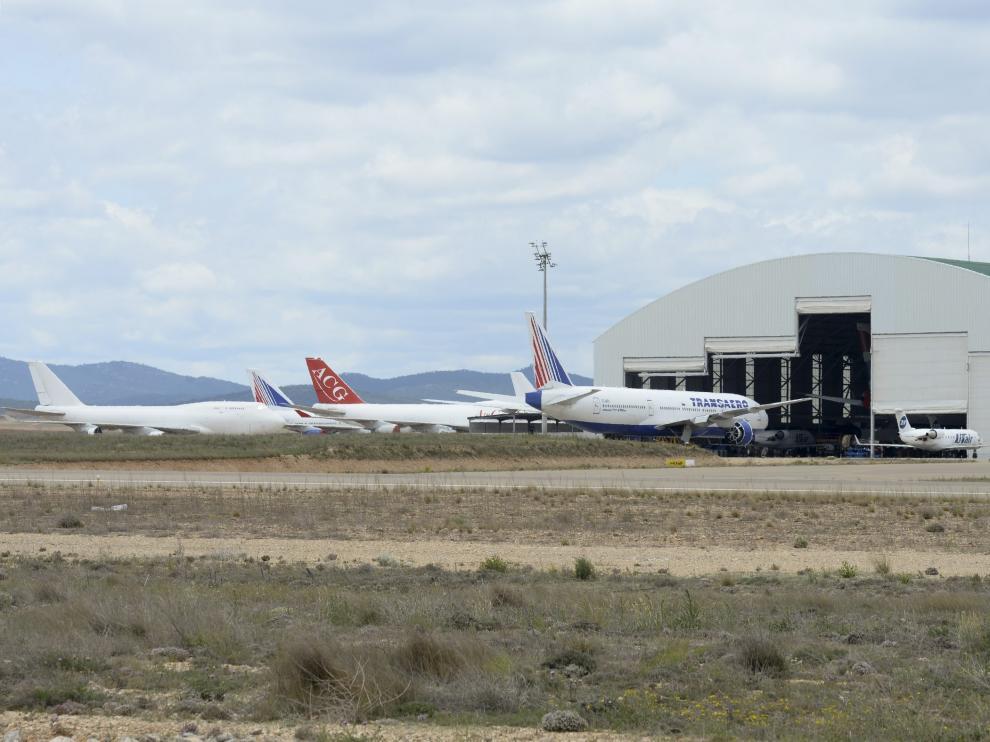 La campa de estacionamiento de aviones de Teruel, con el hangar en primer plano.
