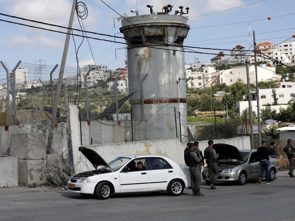 Policías de la guardia fronteriza realizan un control en la ciudad cisjordana de Halhul al norte de Hebrón