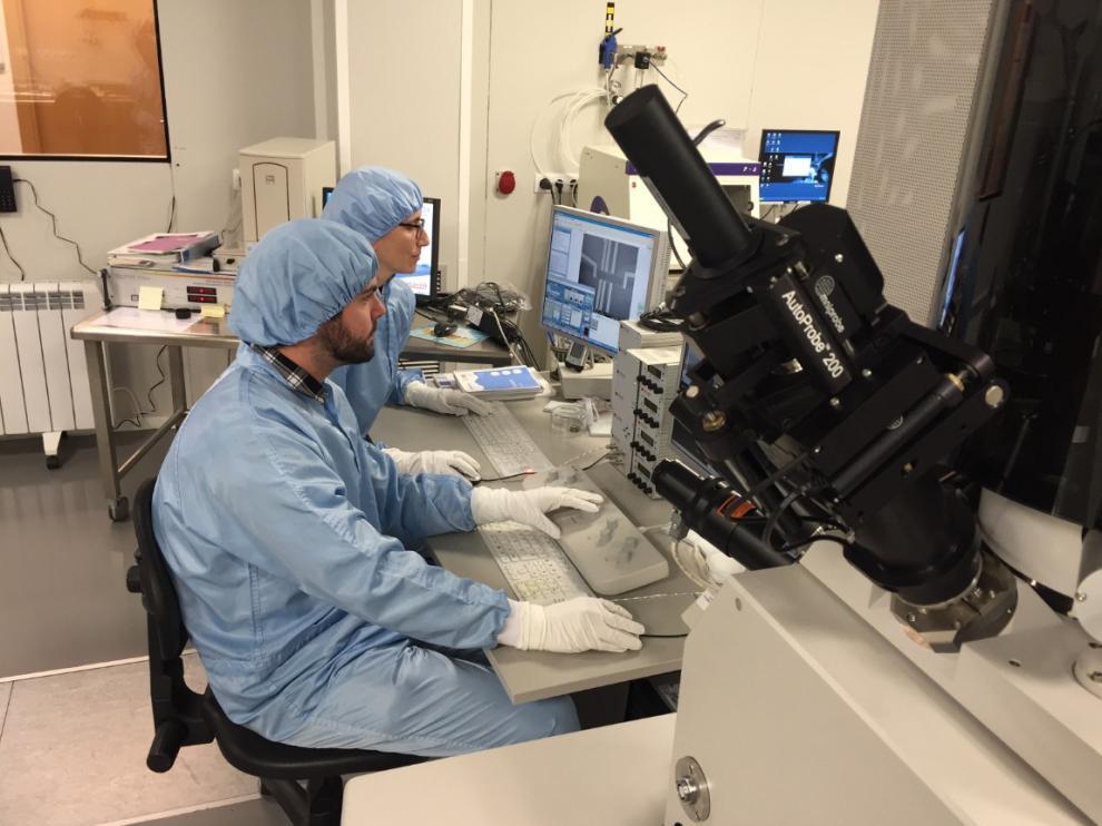 Proceso de micro-estructuración de láminas de grafeno en la sala blanca del INA.