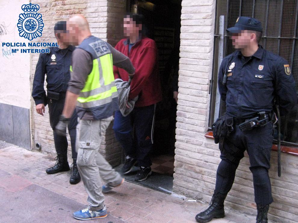 La Policía Nacional detiene a dos personas en El Gancho por tráfico de drogas.