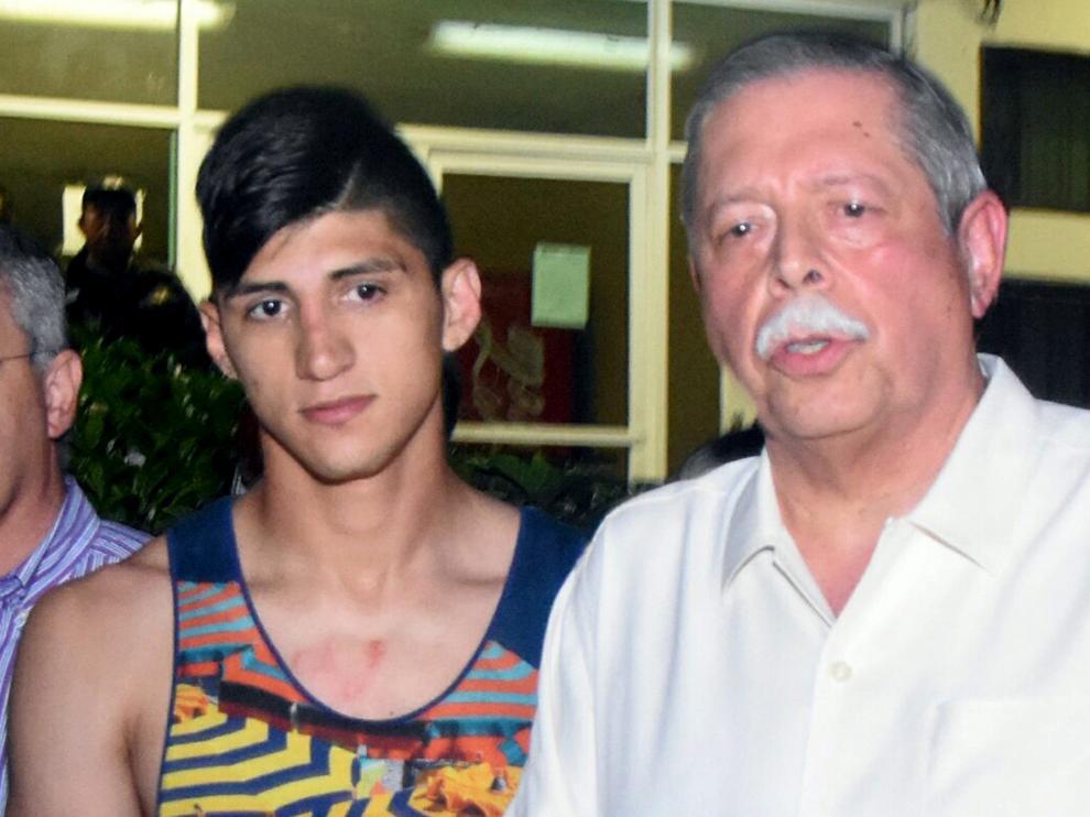 El futbolista Alan Pulido con el gobernador Egidio Torre Cantú tras ser liberado.