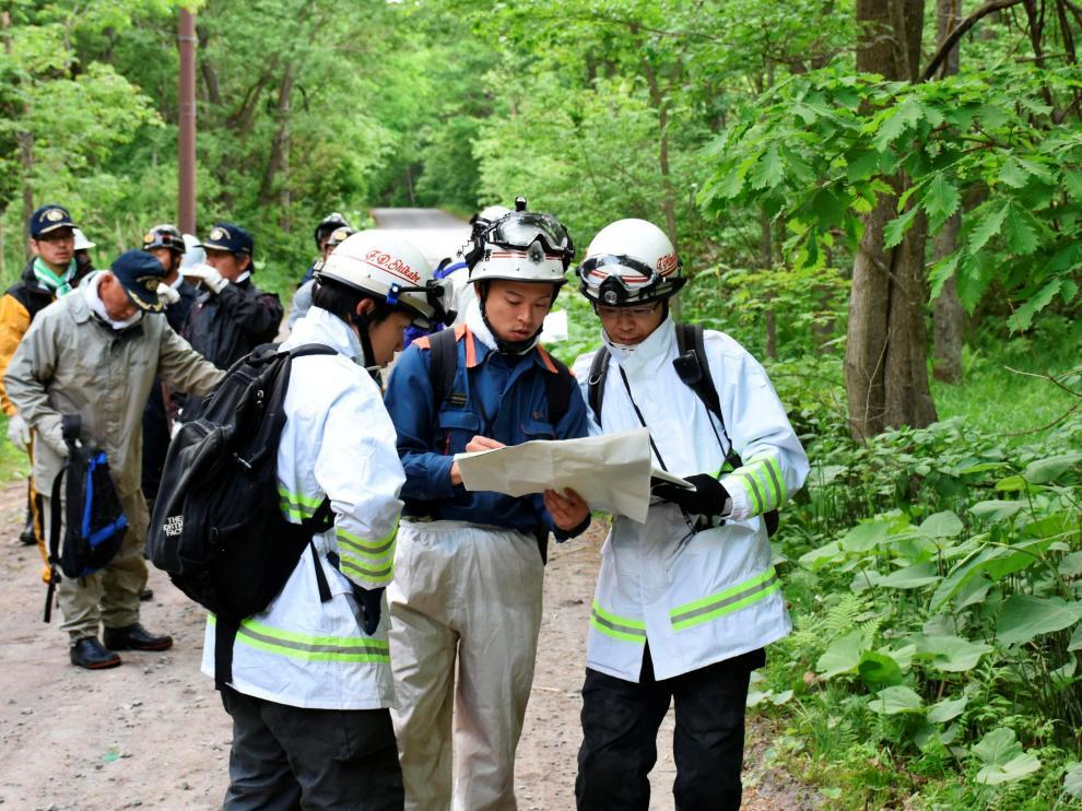 Labores de búsqueda del niño abandonado por sus padres en un bosque de Japón.