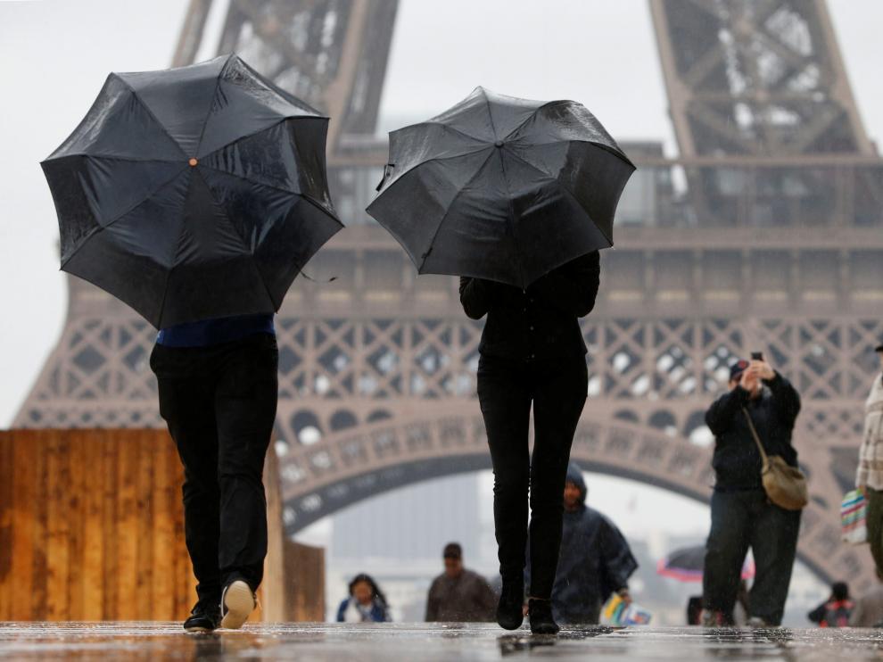 Turistas junto a la Torre Eiffel