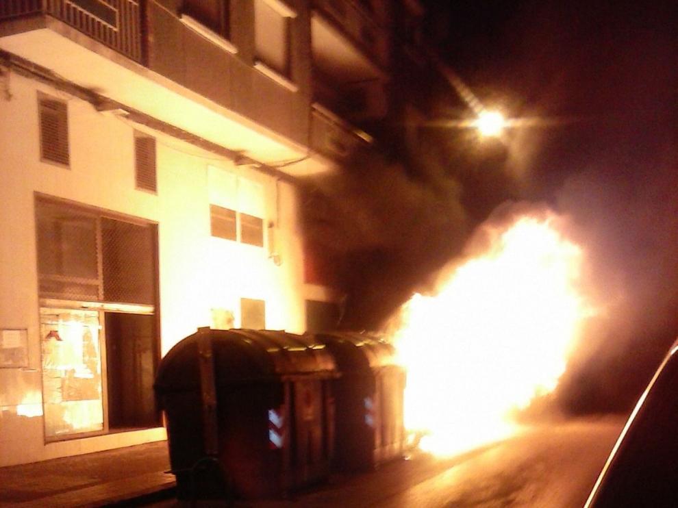 Un contenedor arde en la calle Hermanos Pinzón de las Delicias.