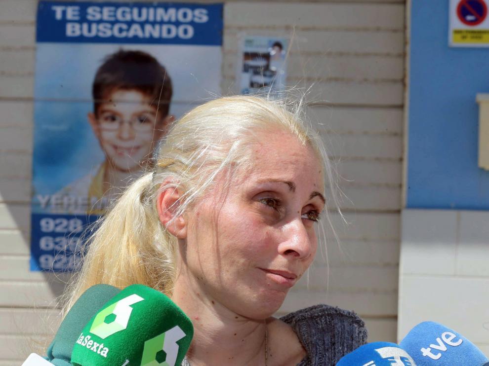 Ithaisa Suárez, madre de Yéremi Vargas, delante de un cartel de la desaparición del niño.