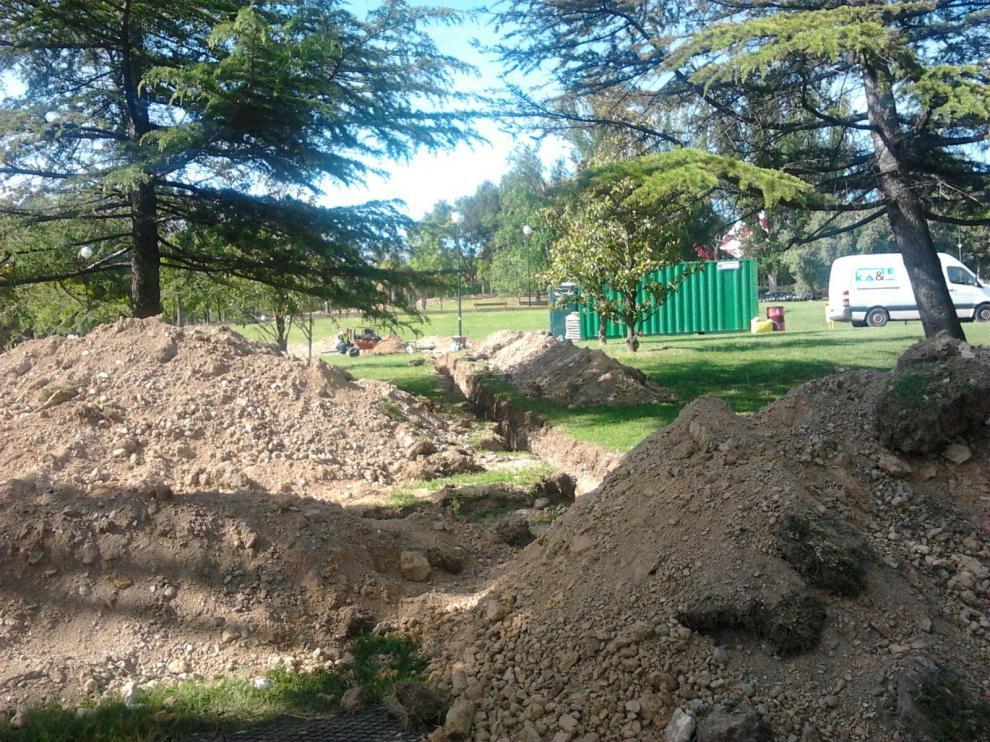 Obras de arreglo del riego en el parque del barrio de La Paz
