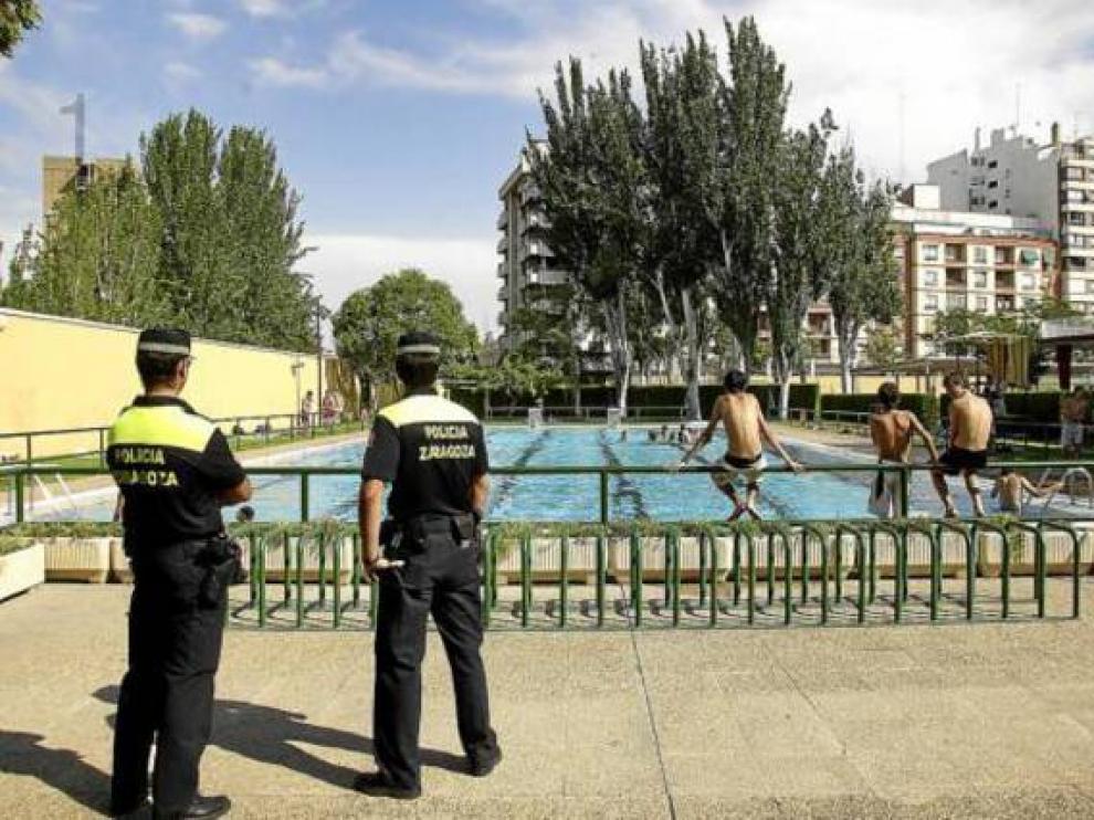 Dos policías locales en el Centro Municipal Gran Vía de Zaragoza