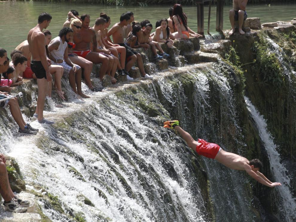 Uno de los atractivos de esta zona de baño es el salto de 8 metros de altura.